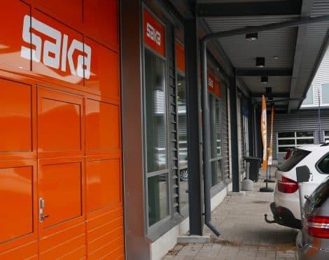 Autokaupan mainosteippaus viimeistelee myymälän ilmeen