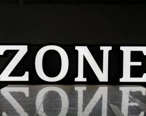 Irtokirjainvalomainos Zone, Ruka